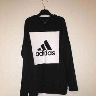 Adidas tröja. Köparen står för frakten.