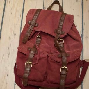 Vinröd ryggsäck i bra skick! Frakt 89 kr eller möts upp i Göteborg.
