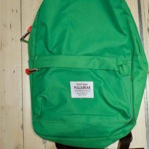 Grön ryggsäck från Pull&bear. Frakt 59 kr eller möts upp i Göteborg.