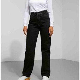 ett par svarta jeans med vita sömmar från weekday, jättesnygga och super bekväma. Kan skicka flera bilder. 390 inklusive frakt