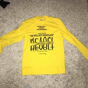 Säljer en collage tröja ifrån cheap monday. Säljer den för den är nästan HELT oanvänd då den bara har varit använd vid olika tillfällen. Jätte fin gul färg💛