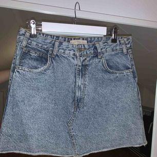 Skitsnygg jeanskjol ifrån behrska i storlek 40 men skulle säga mer 38/40!