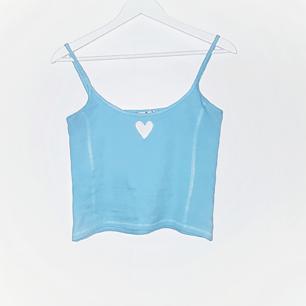 Babyblått linne med ett broderat hjärta. Frakt tillkommer på 18 kr 💗