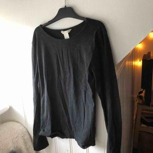 Basic svart tröja. Den sitter tight när man har på sig den