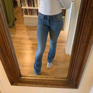 Snygga low waisted bootcut byxor, Använda fåtal gånger Ny pris:900kr Anledning till att säljer:tycker ej att jag passar i dom