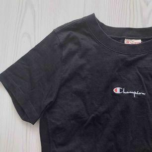 Svart champion-tshirt i storlek XS. Använd en gång, därmed i nyskick. Frakt endast 30 kr!