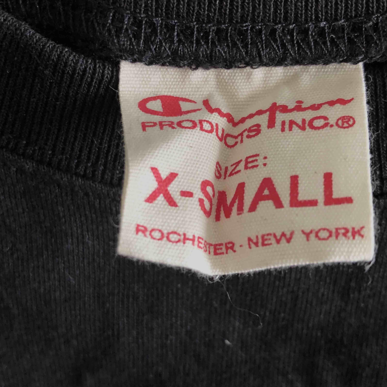 Svart champion-tshirt i storlek XS. Använd en gång, därmed i nyskick. Frakt endast 30 kr!. T-shirts.