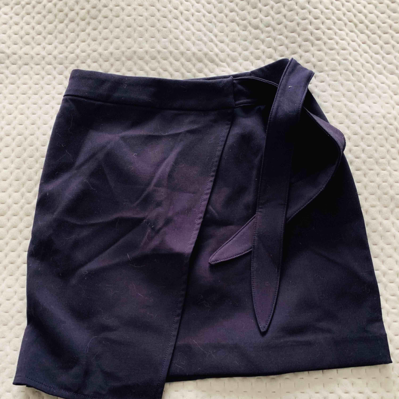 Mörkblå kjol från HM med knytning i midjan. Aldrig använd. . Kjolar.