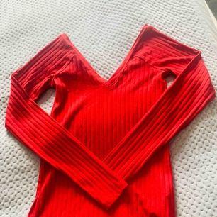 Röd tröja från Zara med fin V-ringning både bak och fram. Aldrig använd.