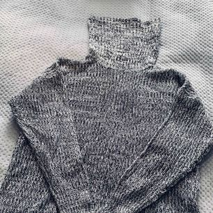 Mysig stickad tröja i svart och vitt. Storlek M men passar alla beroende på hur man vill att den ska sitta.