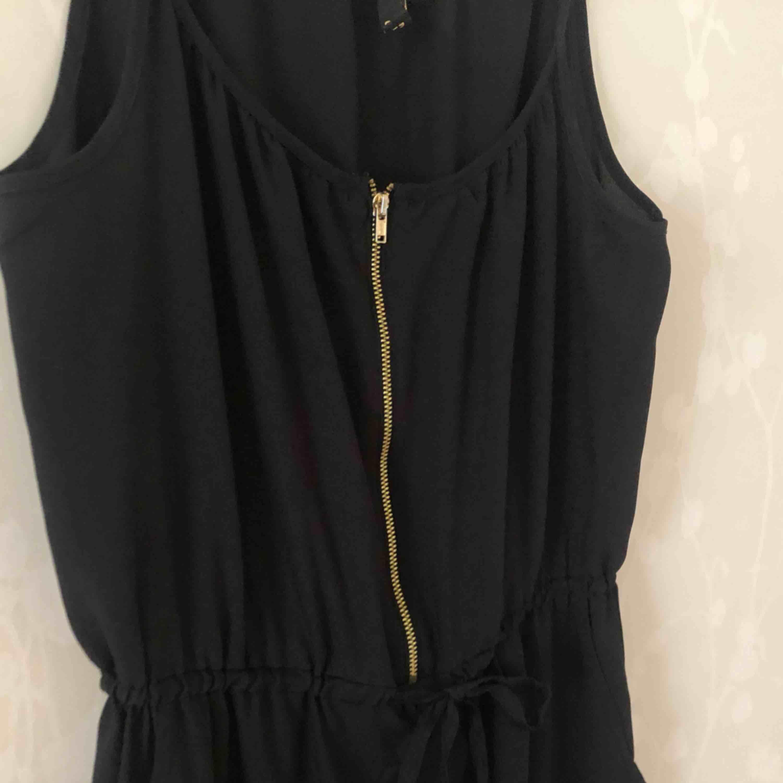 Basic svart jumpsuit med guldig dragkedja. Ganska lång i benen. Köparen står för frakten🌸. Jeans & Byxor.