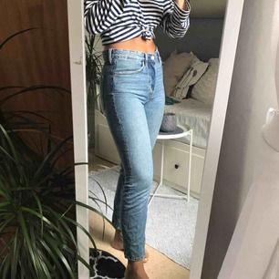 Högmidjade jeans från H&M. Ljusa och jättefina, relativt tunna också vilket är bra nu på sommaren. Hör av er för ev. fler bilder. :) Säljer pga. att de blivit för små.