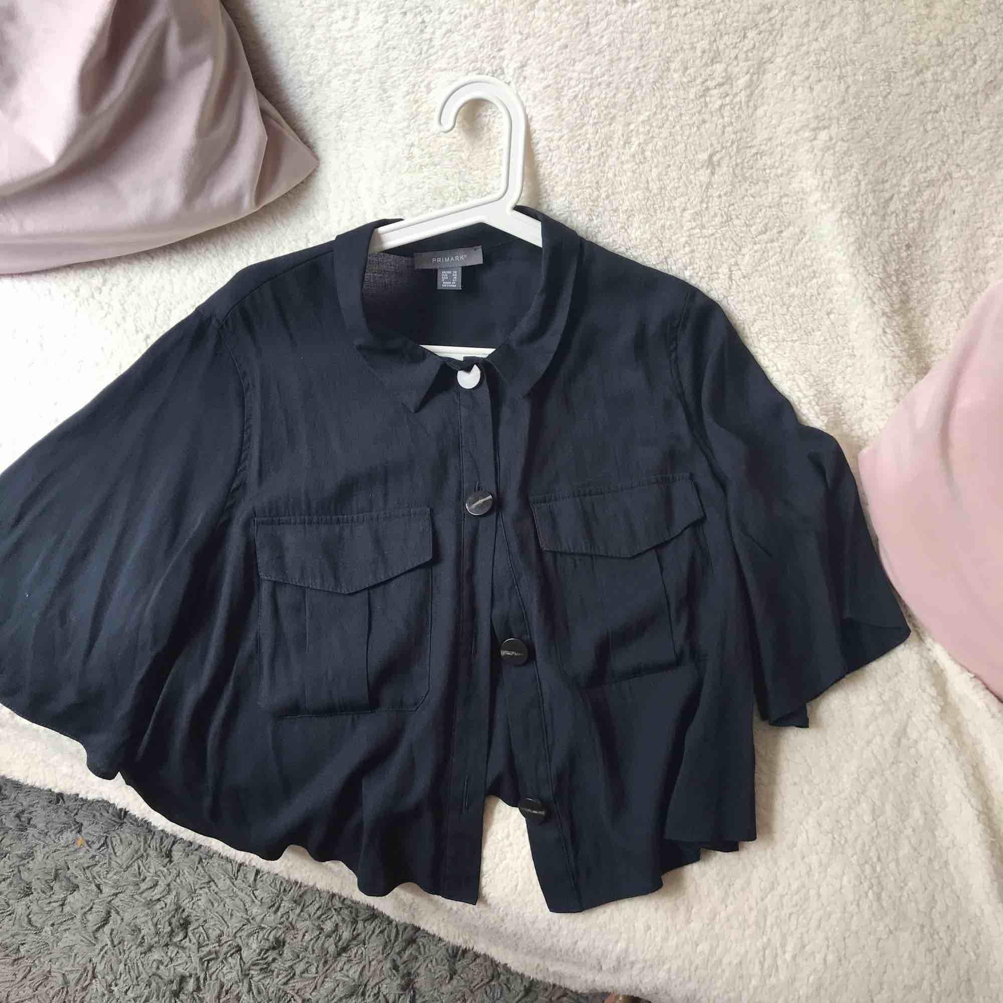 Marinblå oversized skjorta.  Har haft på mig den en gång.  Är i god skick. . Skjortor.
