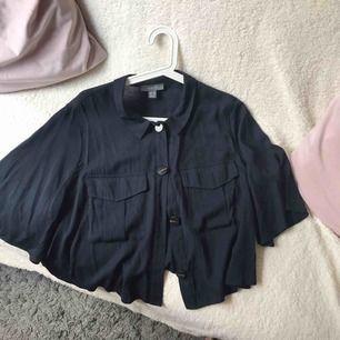 Marinblå oversized skjorta.  Har haft på mig den en gång.  Är i god skick.