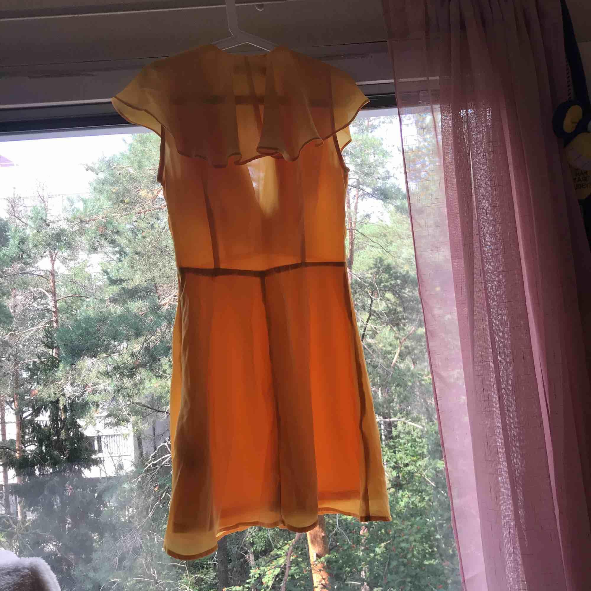Gul klänning från Asos.  Har aldrig haft på mig den.  Säljer den endast för att den sitter för hårt kring brösten. . Klänningar.