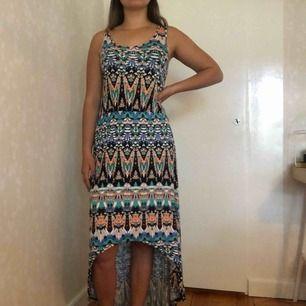 Jättefin mönstrad klänning i skönt material. Stor i storleken. Köparen står för frakten🌸