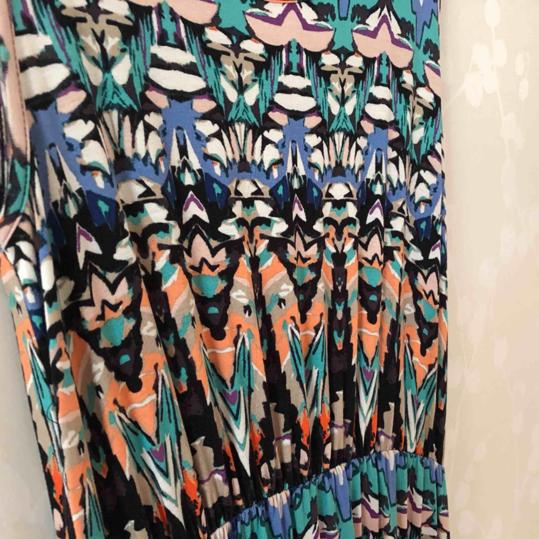 Jättefin mönstrad klänning i skönt material. Stor i storleken. Köparen står för frakten🌸. Klänningar.
