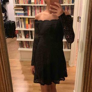 Pris är förhandlingsbart Snygg off shoulder klänning i spets. Passar perfekt för att klä upp sig Använd 1 gång Ny pris: 600kr