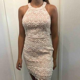 Fin rosavit klänning ifrån Hollister i storlek M men passar även storlek S. Helt oanvänd.   Köparen står för frakten.