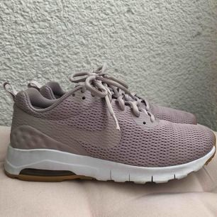 Nike Air skor i storlek 38!  Skulle nog säga att dom passar någon som har storlek 37!  Använda fåtal gånger pga för små!  Dom är i bra skick.  Betalning via swish. Köpare står för frakt! Kan mötas upp i Bromma! 💕❤️