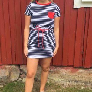 Superfin randig klänning från Tommy Hilfiger med band i midjan. Storlek XL från barnavdelningen så jag skulle säga att den är ca XS. Säljer då den tyvärr blivit för kort på mig.  Jag och köparen delar på frakt. :)