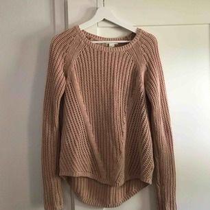 """Gammelrosa stickad tröja från H&M. Stor i storleken så passar men en S om man vill att den ska sitta """"normalt"""", annars lite oversized. Fint skick.   Köparen står för frakten."""
