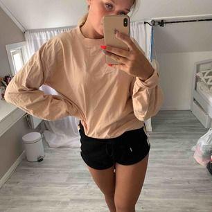 Lite rosa begie college tröja , jätte fin, lite skrynklig men går att stryka