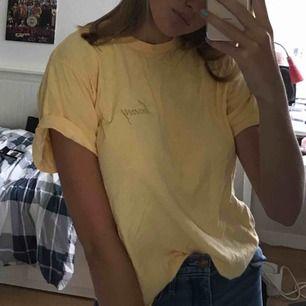 En härlig pastellgul t-shirt som passar perfekt till många tillfällen. Köpt på Brandy Melville Nypris 280kr