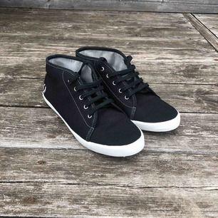 As snygga svarta skor från Fred Perry. Aldrig använda och helt i nyskick. St 40 men skulle säga att dom är ganska små i storleken. Kan mötas upp i Falköping eller Alingsås annars står köparen för frakt!!💞