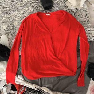 En fin röd tröja men omlott där fram , jätte fin och knappt använd