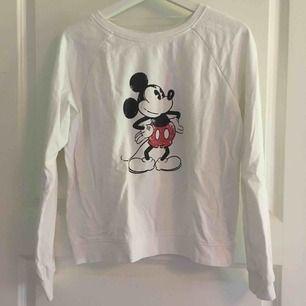 En vit tröja i mycket bra skick köpare betalar frakt💕