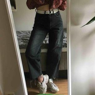 svarta, vida raka jeans från cheap monday. köpta på weekday förra året och använda några få gånger men har flera liknande par så säljer därför dom här. var avklippta från början (L32) men tyckte dom var för långa så klippte av dom lite mer. jag är 167cm