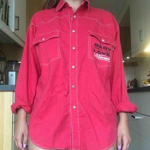 Skjorta med kontrastsömmar köpt second hand. Frakt +39 kr.