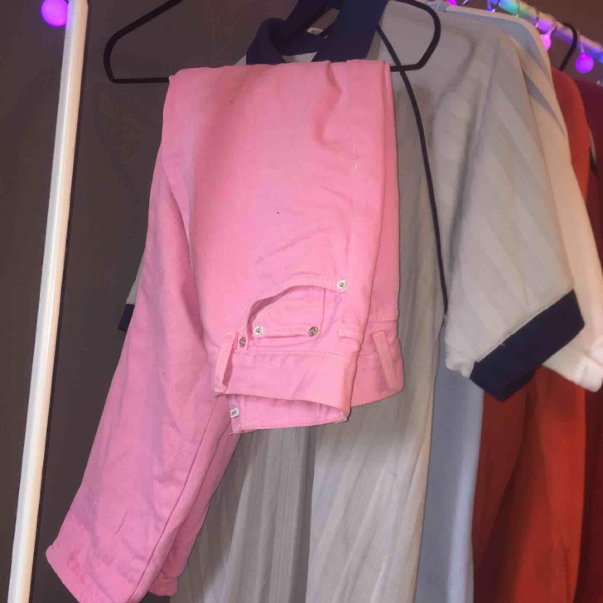 Säljer nu mina rosa byxor p.g.a att dom ej kommer till användning längre. Använda men i mycket fint skick. Strl 26, men skulle även kunna passa på en med 24. Kan mötas i Umeå, annars betalar du som köpare frakten.. Jeans & Byxor.