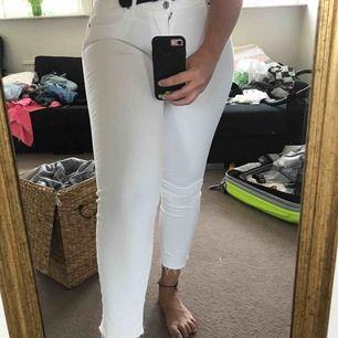 Lågmidjade vita Levis jeans!! Skitsnygga med lite slitningar där nere vid ankeln.☀️
