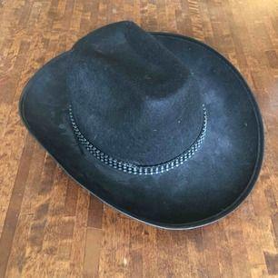Cowboyhatt köpt second hand med strassband.