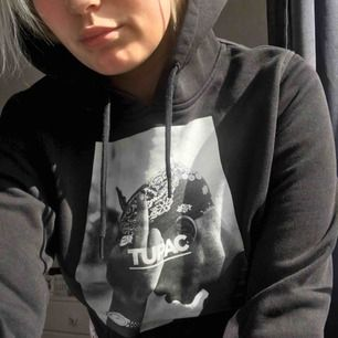 En svart hoodie med tupac tryck från junkyard! Sparsamt använd, pris kan diskuteras vid snabb affär och frakt tillkommer.🌸🌸