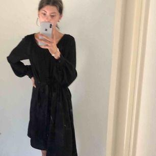Väldigt fin klänning i chiffong från märket  STOCKH OLM Köpt på MQ för 1100kr Använd fåtal gånger I väldigt fint skick Säljer för 200kr Strl Xs