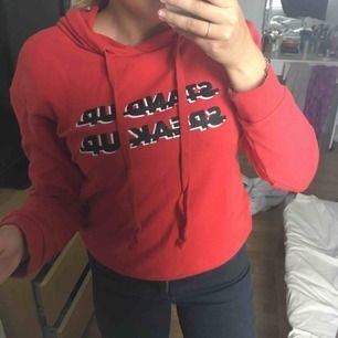 Röd hoodie med text från nakd, har skönt material och sitter bra, inte sliten och säljs pga av att den inte används💕💕