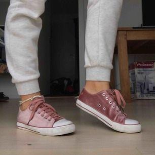 Ett par sneakers med sammet material. Säljer dessa snygga skor pga av att dem är för små. Köparen står för frakt.
