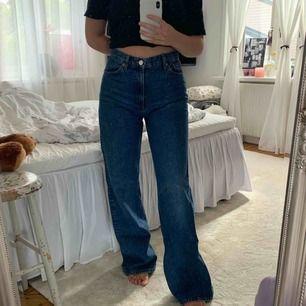 Mörkblåa jeans från Monki i modellen Yoko. Passformen är jättefin men tyvärr lite stora för mig :// Använda en gång! Kan endast mötas upp i Stockholm