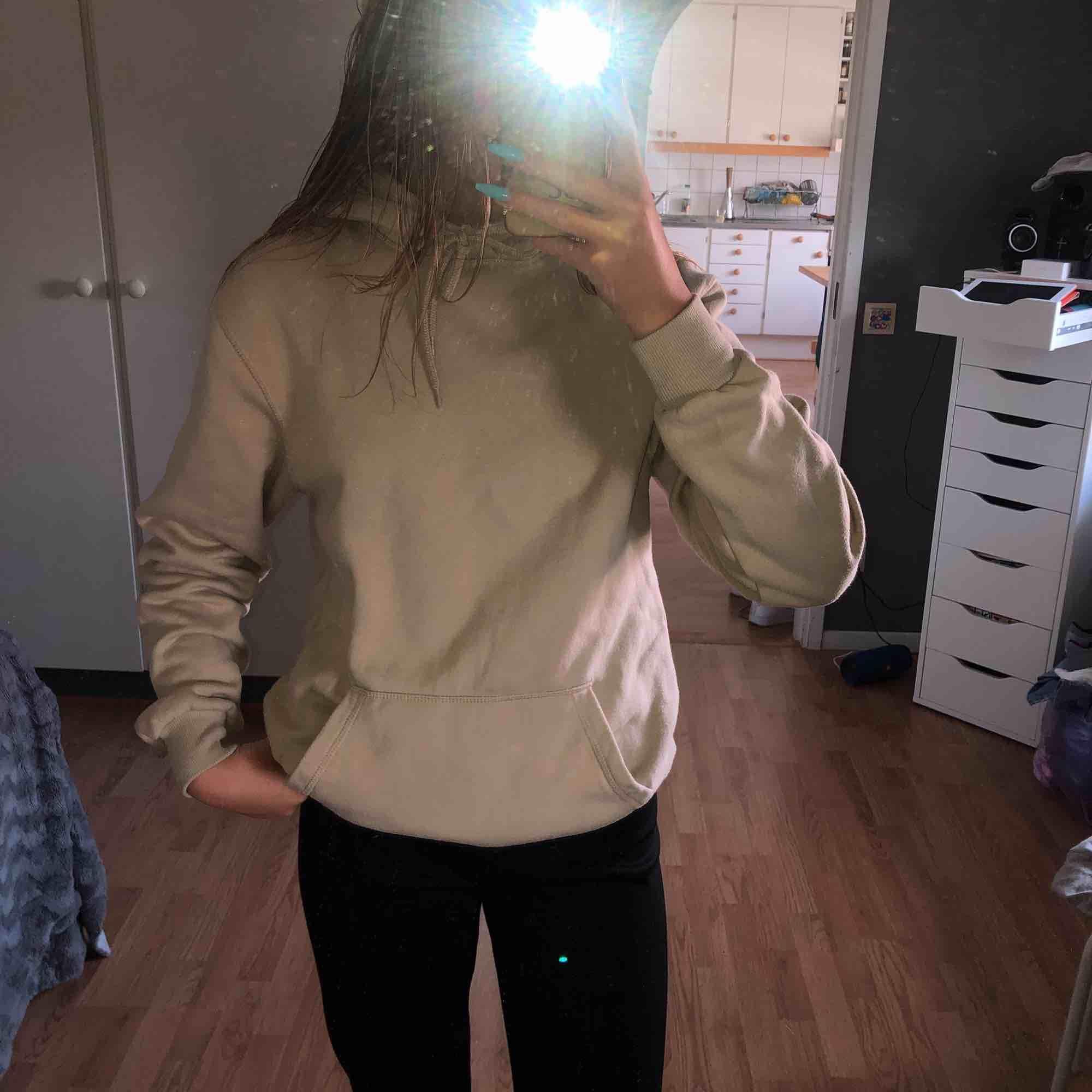 Beige hoodie som är från kill avdelningen för jag gillar större hoodies . Huvtröjor & Träningströjor.