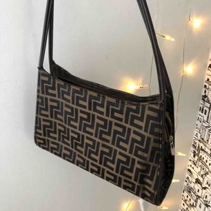 Fin vintage väska! Fendi inspirerat mönster. Skitsnygg!