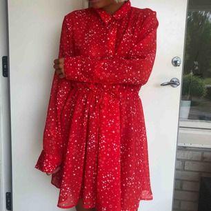 Härlig klänning i transparent material som fungerar lika bra som kimono!