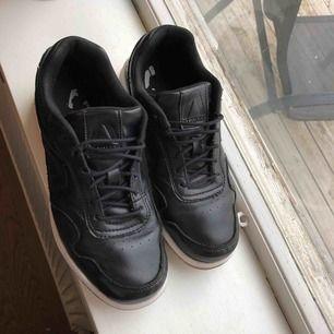 Svarta sneakers som jag köpte för något år sen men bara använt ett par gånger. Jättesköna men kan vara lite liten i storleken.