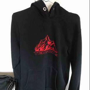 Tenson hoodie köpt på junkyard. Stl S