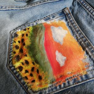 Asfräna avklippta kimomo jeans från Monki med målad bakficka🤩🤩 (på andra bilden är färgerna lite off) pris kan alltid diskuteras, möts helst uppp