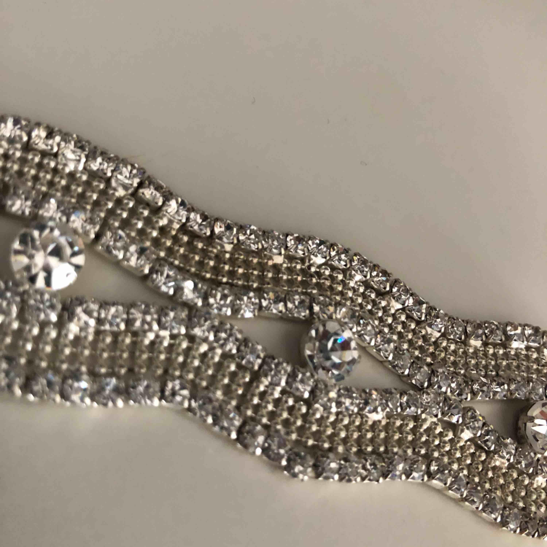 silver armband med diamanter. Accessoarer.