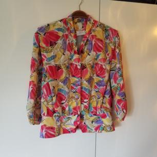 Jättefin vintageblus i fint skick. Tillhörande kjol finns, paketpris 150kr.