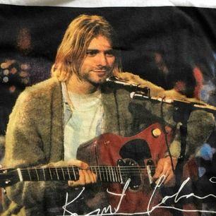 Ball Kurt Cobain-tshirt. Storlek XS men sitter som en M. Köparen står för frakt! 🧚🏻♀️ Pris kan diskuteras!!